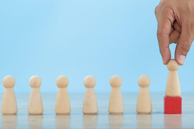 Risorse umane aziendali di mano, impiegati di reclutamento e gestione dei talenti con il concetto di successo del team leader di business -immagine. Foto Premium