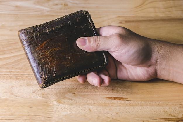 Risparmiare denaro per investimento concetto tenere in mano un portafoglio Foto Premium
