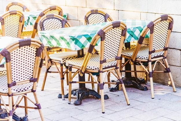 Ristorante all'aperto con tavolo e sedie Foto Gratuite