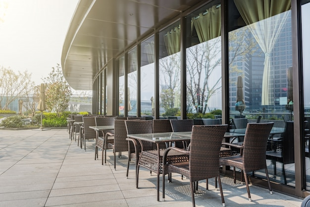 Ristorante con tavoli e sedie all 39 esterno scaricare foto - Ristorante con tavoli all aperto roma ...