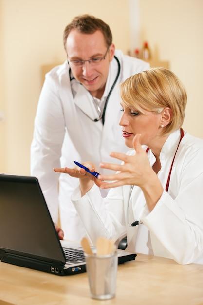 Risultati dei test di discussione di due medici Foto Premium