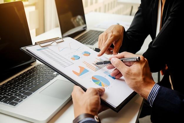 Risultati sul posto di lavoro risultati di contabilità professionale durante Foto Gratuite