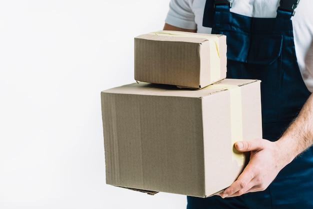 Ritaglia il corriere con scatole sigillate Foto Gratuite
