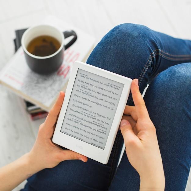 Ritaglia la donna che legge l'e-book Foto Gratuite