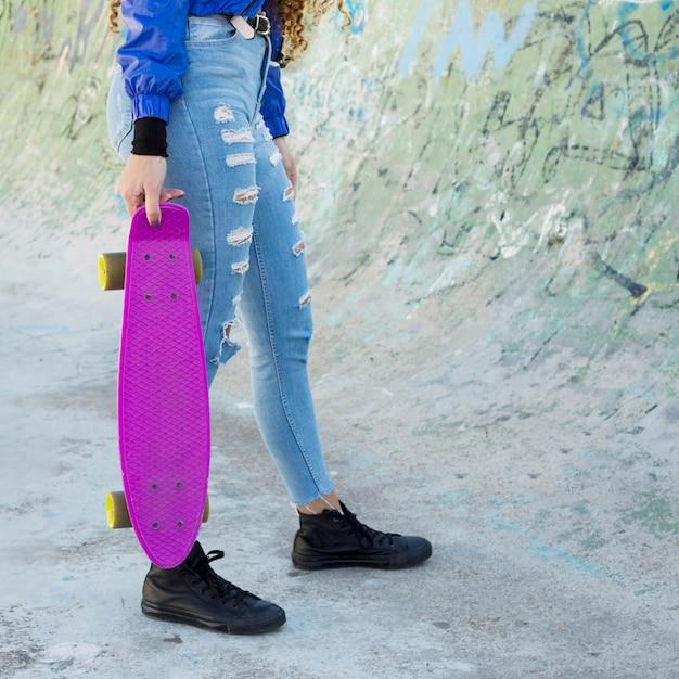Ritaglia la vista di giovane donna urbana pattinaggio Foto Gratuite