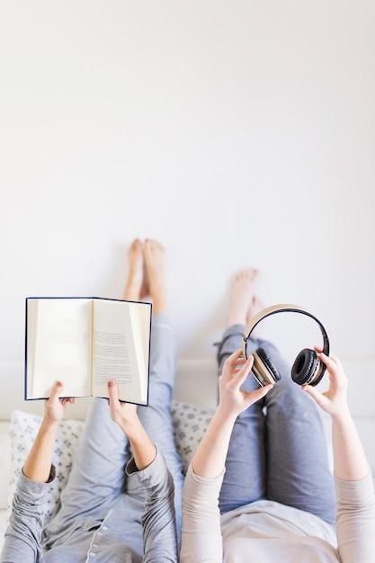 Ritaglia le donne con il libro e le cuffie Foto Gratuite