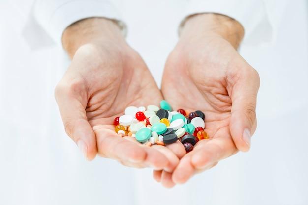 Ritaglia le mani tenendo pillole Foto Gratuite