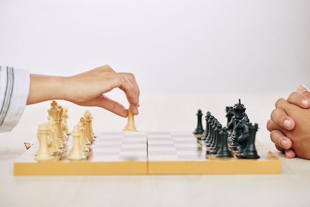 Ritaglia le persone a giocare a scacchi Foto Gratuite