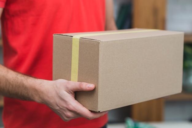 Ritaglia uomo di consegna con scatola di cartone Foto Gratuite