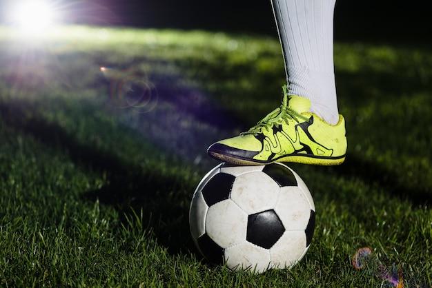 Ritagliare la gamba sul pallone da calcio Foto Gratuite