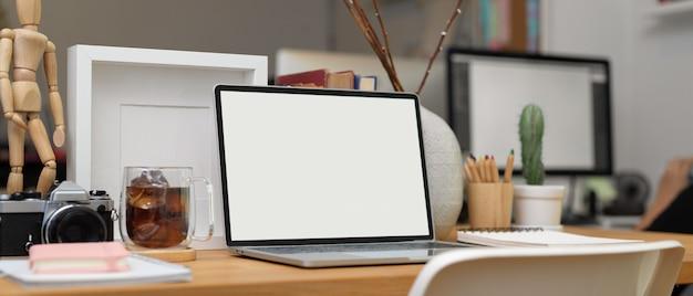 Ritagliata colpo di scrivania da ufficio con laptop, articoli di cancelleria, forniture per ufficio e decorazioni in ufficio, tracciato di ritaglio. Foto Premium