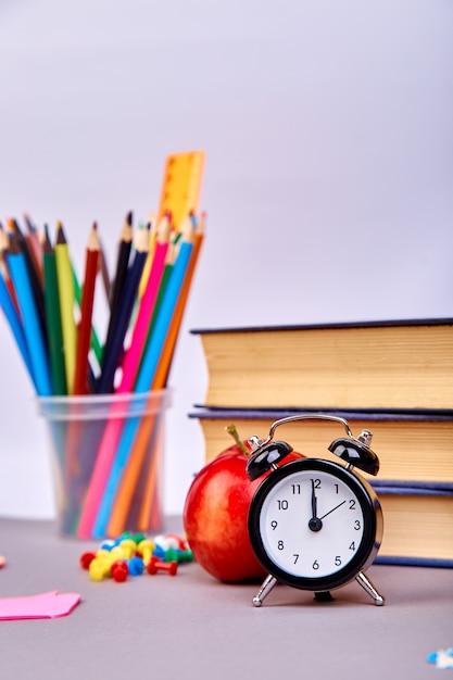 Ritorno a materiale scolastico. Foto Premium