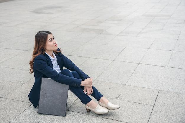 Ritratti di bella donna asiatica nell'espressione di pensiero. Foto Premium