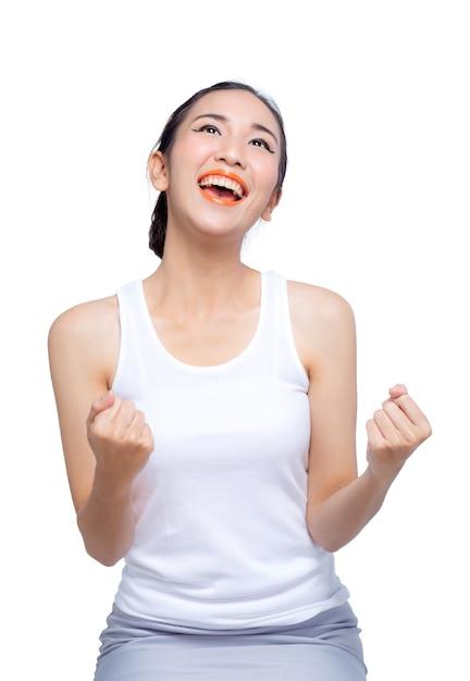 Ritratto a mezzo busto dei pugni felici della donna che gesturing, isolato su bianco. concetto di successo e vittoria Foto Premium