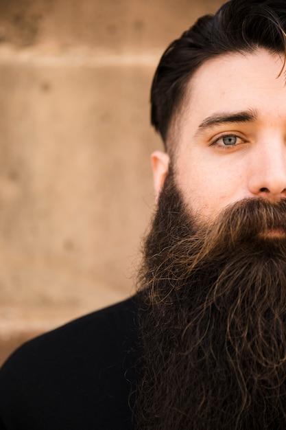 Ritratto a mezzo volto di un uomo barbuto Foto Gratuite