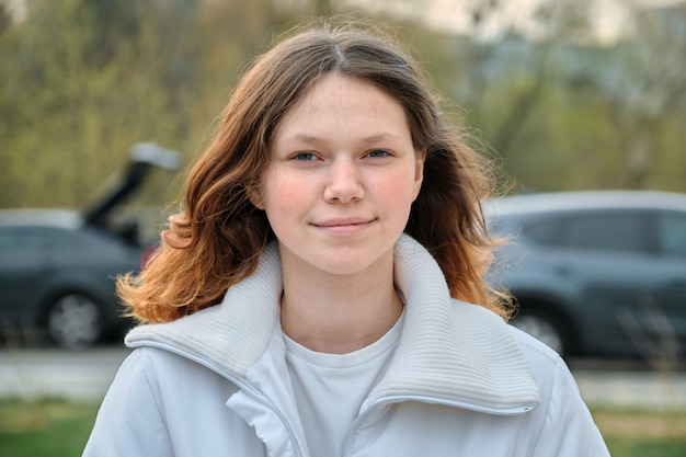 Ritratto all'aperto della ragazza dell'adolescente Foto Premium