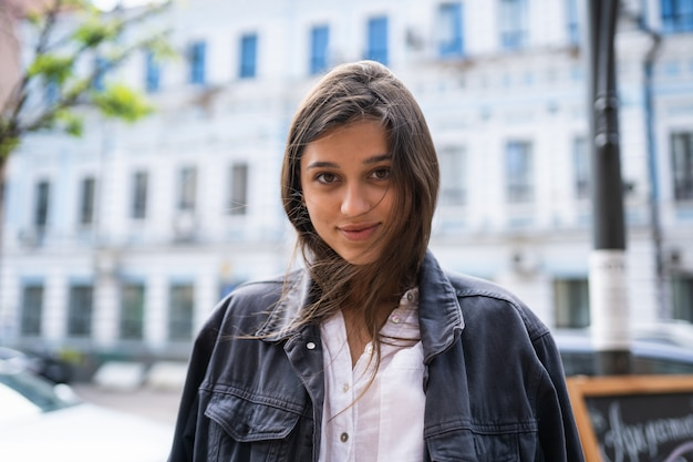 Ritratto all'aperto della via di bella giovane donna castana Foto Gratuite