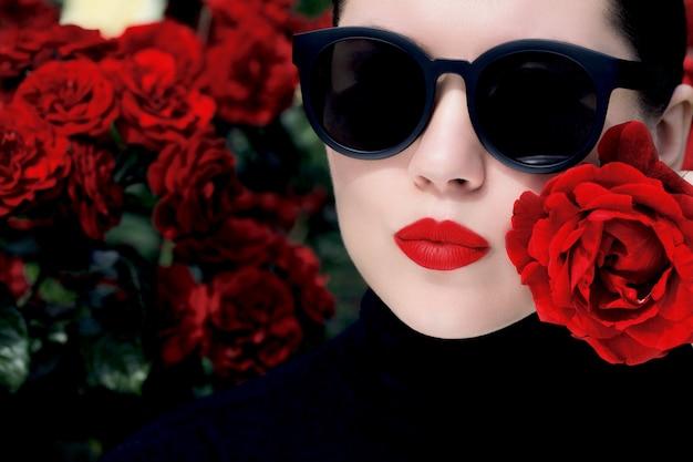 Ritratto all'aperto vicino di una bella donna Foto Premium