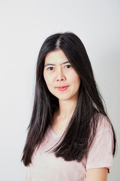 Ritratto bella giovane donna asiatica casual Foto Premium