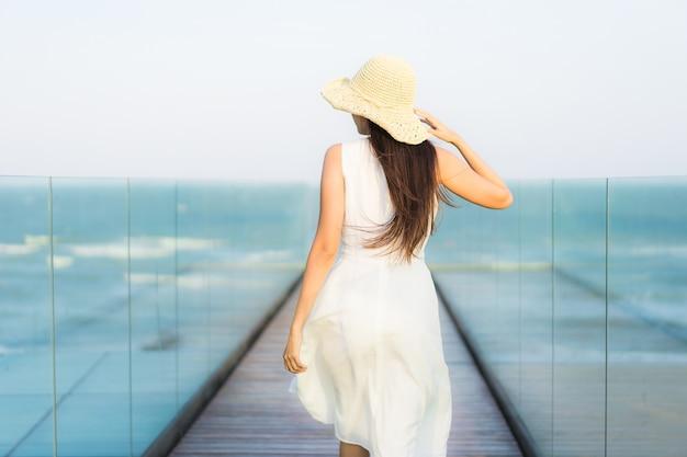 Ritratto bella giovane donna asiatica felice e sorriso sulla spiaggia mare e oceano Foto Gratuite