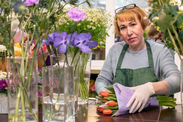 Ritratto dei fiori maturi della tenuta della donna Foto Gratuite