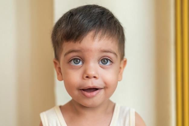 Ritratto del bambino favorito che osserva con espressione calma Foto Gratuite