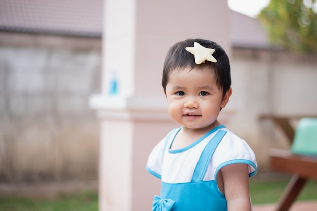 Ritratto del bambino sveglio che sorride, concetto del bambino Foto Premium