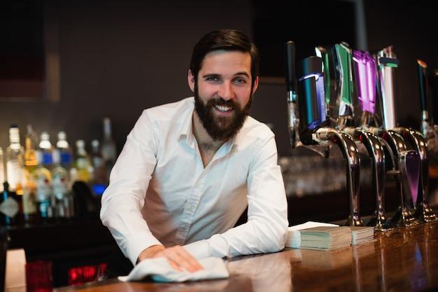 Ritratto del contatore della barra di pulizia del barista Foto Gratuite