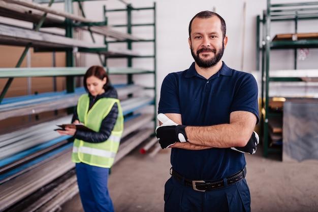 Ritratto del lavoratore del magazzino che esamina macchina fotografica Foto Premium