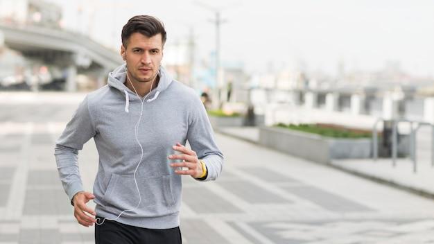 Ritratto del maschio che corre all'aperto Foto Gratuite