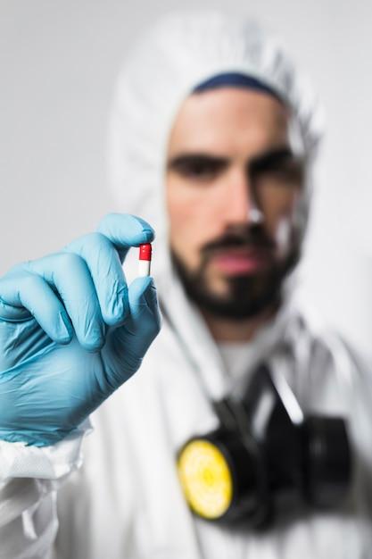 Ritratto del maschio che tiene capsula variopinta Foto Gratuite