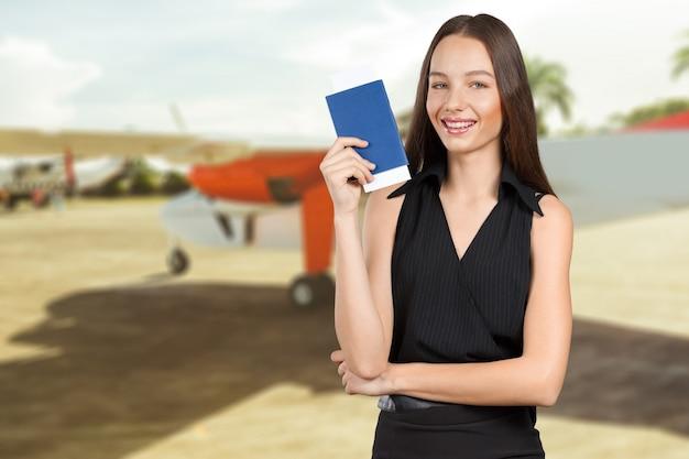 Ritratto del passaporto turistico felice della tenuta della donna Foto Premium