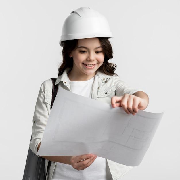 Ritratto del piano di costruzione della lettura della ragazza Foto Gratuite