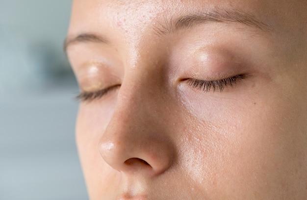 Ritratto del primo piano degli occhi della donna bianca chiusi Foto Gratuite