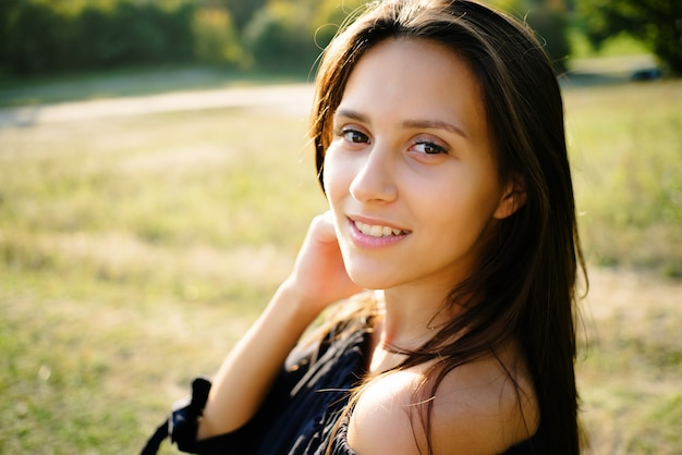 Ritratto del primo piano della ragazza nel parco Foto Premium