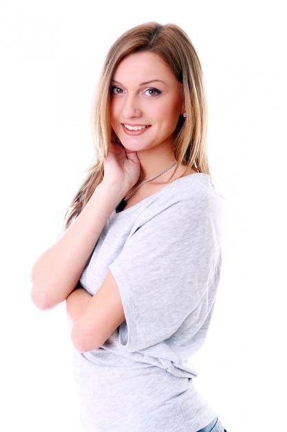Ritratto del primo piano della ragazza sveglia che sorride contro il fondo bianco Foto Gratuite