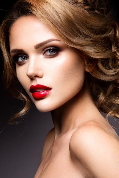 Ritratto del primo piano di bella donna con trucco luminoso Foto Premium