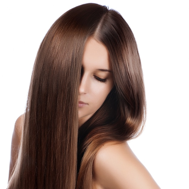 Ritratto del primo piano di bella giovane donna con capelli brillanti lunghi eleganti Foto Premium