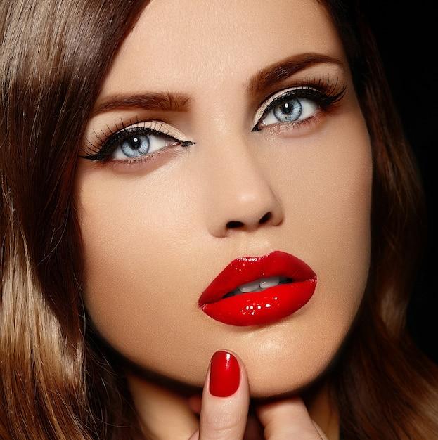 Ritratto del primo piano di fascino di bello modello sexy alla moda giovane donna caucasica con le labbra rosse Foto Gratuite