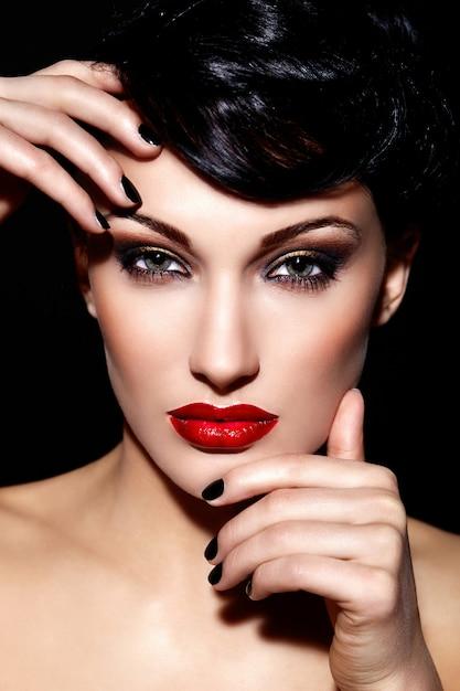 Ritratto del primo piano di fascino di bello modello sexy giovane donna caucasica del brunette con gli orli rossi Foto Gratuite