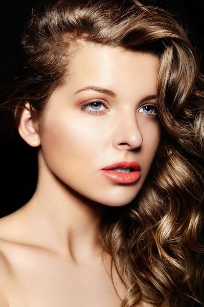 Ritratto del primo piano di look.glamor di alta moda di bello castana alla moda sexy Foto Gratuite