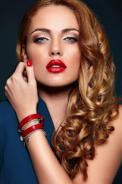 Ritratto del primo piano di look.glamor di alta moda di bello modello caucasico biondo biondo alla moda sexy della giovane donna con trucco luminoso Foto Gratuite