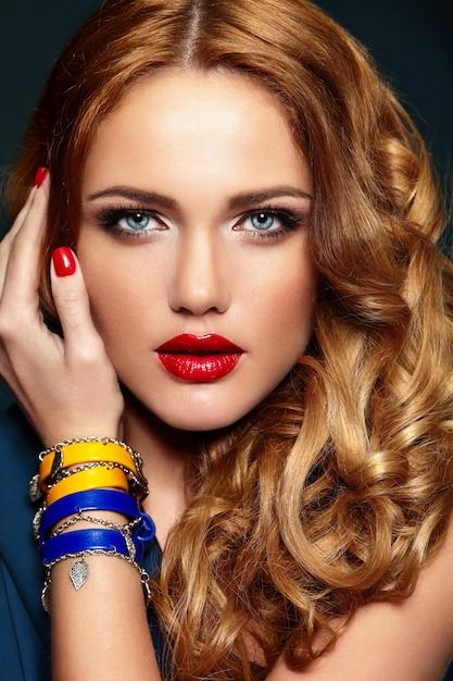 Ritratto del primo piano di look.glamor di alta moda di bello modello caucasico biondo biondo alla moda sexy della giovane donna Foto Gratuite