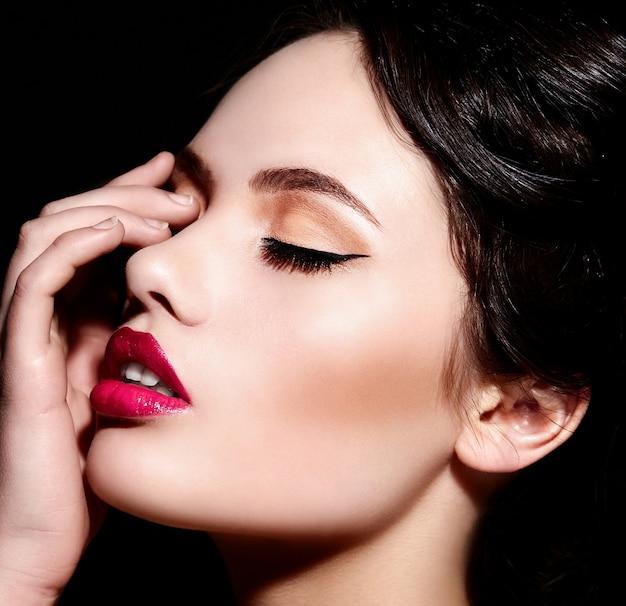 Ritratto del primo piano di look.glamor di alta moda di bello modello di giovane donna caucasica alla moda sexy con trucco luminoso, con le labbra rosse, con pelle pulita perfetta Foto Gratuite