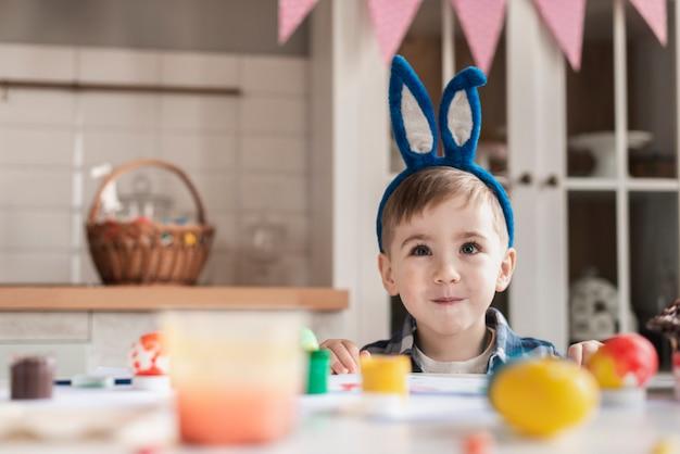 Ritratto del ragazzino sveglio con le orecchie del coniglietto Foto Gratuite