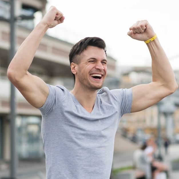 Ritratto dell'esercizio maschio godente felice Foto Gratuite