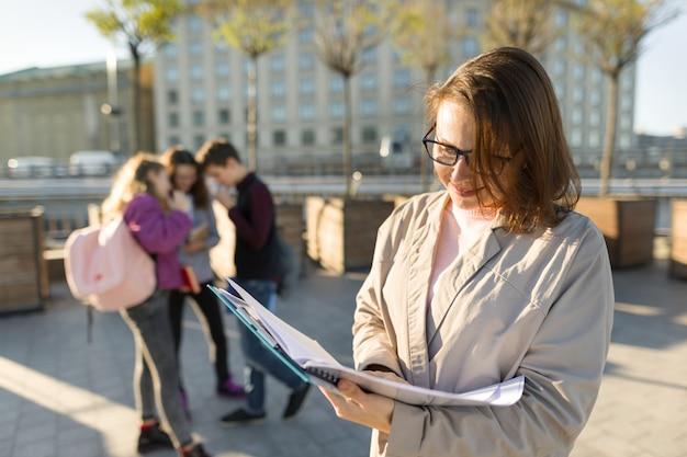 Ritratto dell'insegnante in vetri con la lavagna per appunti Foto Premium