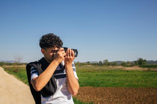 Ritratto dell'uomo che prende fotografando con la macchina fotografica digitale Foto Gratuite