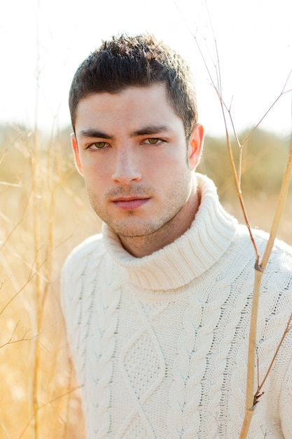 Ritratto dell'uomo di inverno di autunno in erba secca all'aperto Foto Premium