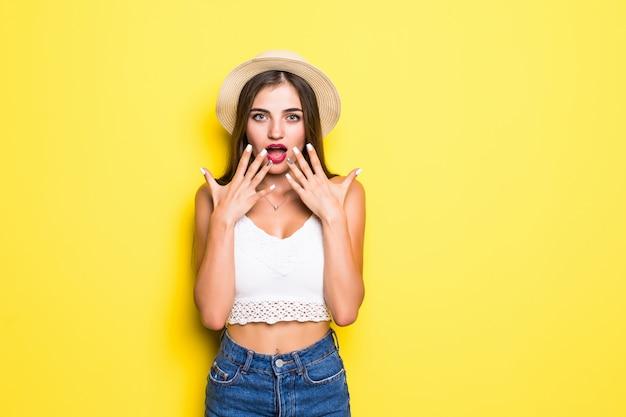 Ritratto della condizione di grido emozionante della giovane donna isolata sopra la parete gialla. Foto Gratuite